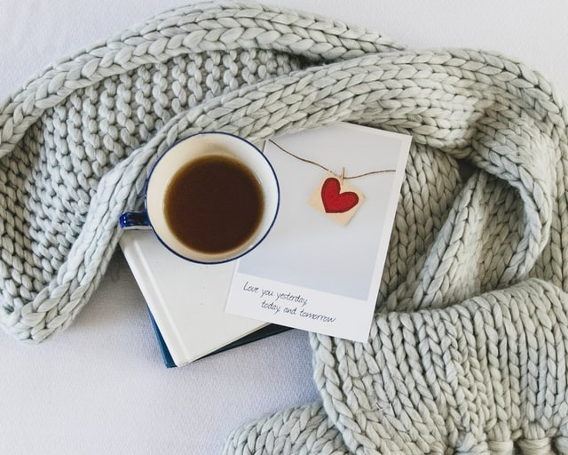 bufanda de ganchillo moderna con lana gruesa y flecos