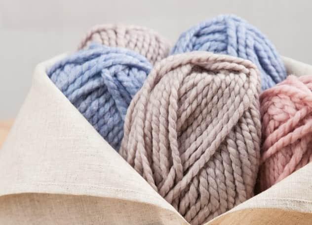 lanas de colores pastel