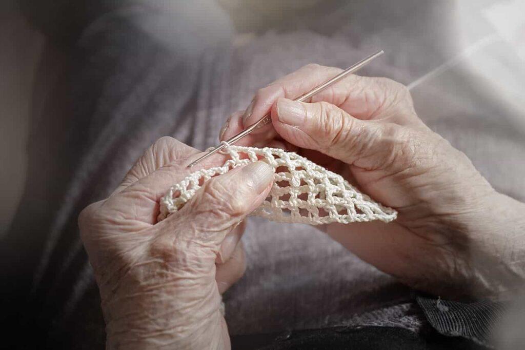 señora haciendo ganchillo